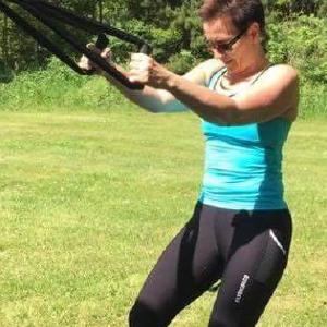 Kvinde træner med elastik på en af Coach Mølvads Bootcamps